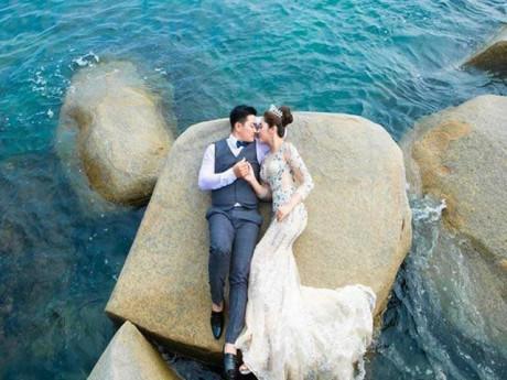 Sao Việt 24h: Hoa hậu Đại dương Thu Thảo hạnh phúc khi chồng làm điều này trong tiệc cưới