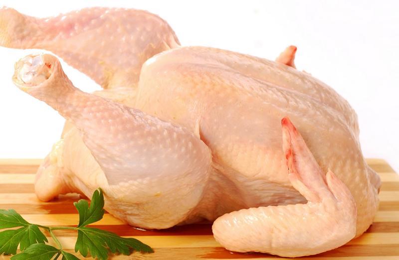 Cho gà vào nồi, đổ nước lạnh ngập thân gà. Đun lửa tới sôi lăn tăn. Không để sôi sùng sục, vì để sôi to quá, da gà rất dễ bị nứt. Lúc này, hớt bỏ bọt và cứ để thế khoảng 7 - 8 phút.