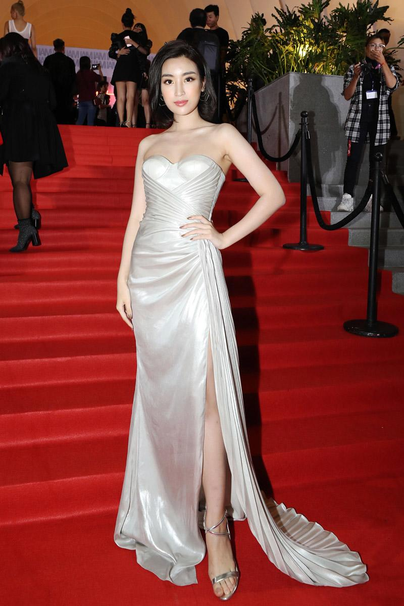Hoa hậu Đỗ Mỹ Linh gợi cảm với chiếc váy cúp ngực, xẻ tà táo bạo. Cô dần thể hiện rõ rệt sự quyến rũ thông qua những thiết kế táo bạo, phô diễn đường cong chuẩn mực.