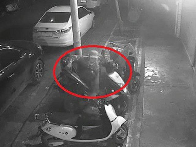 Siêu nhân đi ăn trộm: chẳng cần phá khóa, bế bổng xe máy lên rồi bê đi thôi