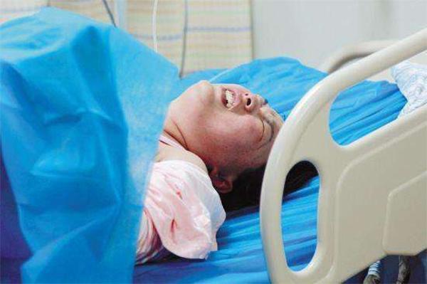 Ham ăn thịt nướng lúc mang thai, mẹ bật khóc ngay trên bàn đẻ khi con chào đời - 1