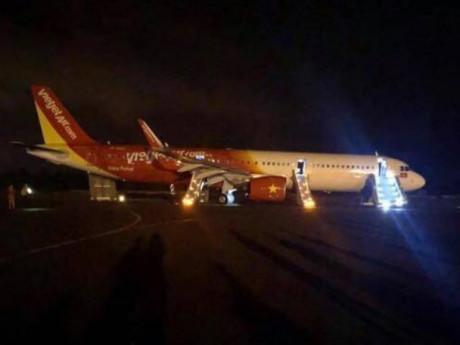 Bánh máy bay Vietjet gặp sự cố khi hạ cánh, hành khách sơ tán qua cửa thoát hiểm