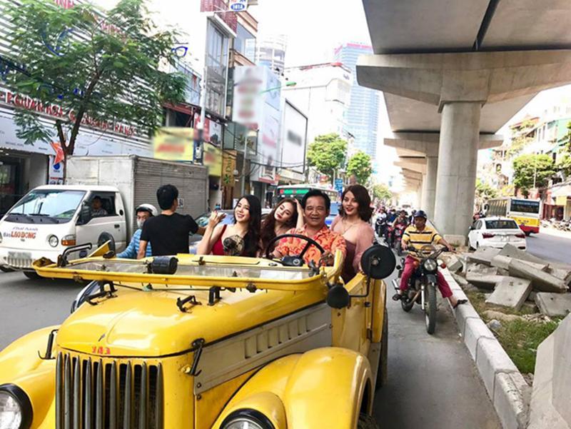 """Mới đây, hình ảnh diễn viên hài Quang Tèo chở 3 hot girl trên """"siêu xe"""" để ghi hình phim hài Tết đã gây xôn xao khu Cầu Giấy (Hà Nội)."""