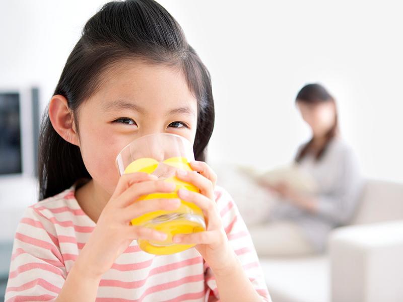 Nước ép trái cây bán sẵn được nhiều người mua về cho trẻ dùng bởi sự thuận tiện và thường dùngtrong bữa sáng. Tuy nhiên, 1ly nước ép chứa 5-6 muỗng cà phê đường.Đường được hấp thụ vào máu gây ảnh hưởngsự trao đổi chất của carbohydrate.