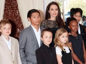 Sau lần Brad Pitt hiếm hoi cầu xin Angelina, cuộc chiến nuôi con của cả hai cũng có kết quả