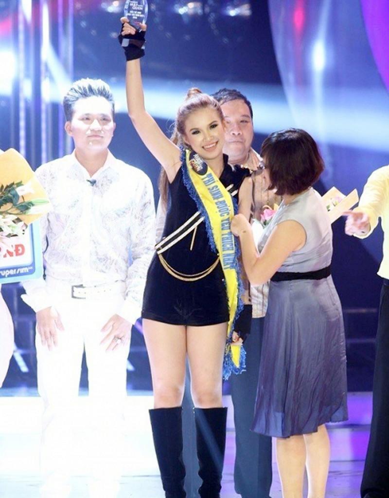 1. Khởi My: Quán quân Gương mặt thân quen mùa 1, đăng quang năm 2013. Năm đó, cô vượt qua Thúy Uyên, Đại Nghĩa và Kyo York để xuất sắc ẵm giải.