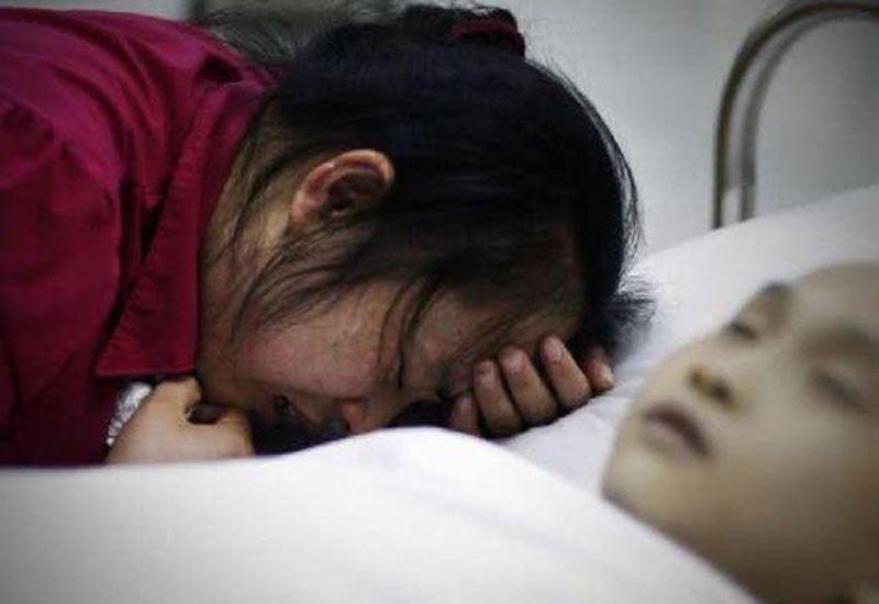 Câu chuyện đau lòng về sai lầm của một bà mẹ Trung Quốc khiến hàng nghìn phụ huynh bàng hoàng. Nguyên do cũng chỉ vì bực tức vì bao nhiêu công sức dỗ dành đến nịnh nọt để đứa con nhỏ chịu ăn hết bát cháo nhưng mới được vài thìa, đứa trẻ lại ói như vòi rồng.