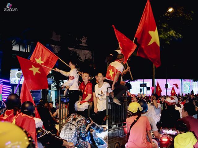 Việt Nam thắng Philippines sát nút, Hà Nội tắc nhiều tuyến đường vì CĐV quá phấn khích
