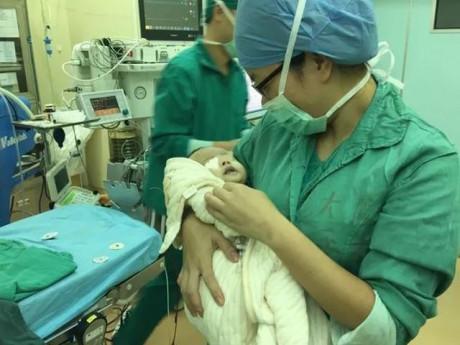 Vỡ thai ngoài tử cung, máu chảy ướt chân, bác sĩ vẫn cắn răng đứng mổ đẻ cho sản phụ