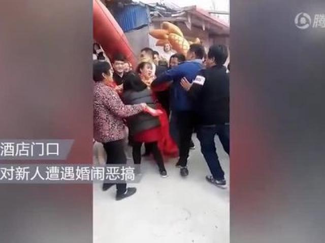 Bị khách nam đùa cợt đè xuống đất, cô dâu nổi giận đánh trả trong đám cưới