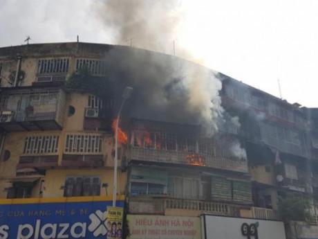 Cột khói đen bốc nghi ngút ở tập thể cũ giữa trung tâm Hà Nội