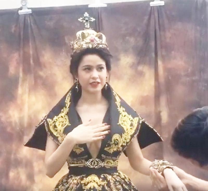 Hoá thân vào một nữ hoàng với trang phục bắt mắt và vương giả, Trương Quỳnh Anh lại vô tình để lộ vòng một khủng với thiết kế cổ chữ V táo bạo. Bà mẹ một con cũng nhanh chóng dùng tay che chắn để không bị phát hiện.
