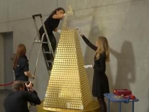 """Sốc độc lạ: Hé lộ số vàng """"khủng"""" để làm cây thông đắt nhất châu Âu"""