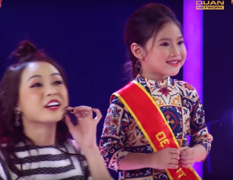 Vừa qua, con gái út của danh thủ thế hệ vàng bóng đá Việt Nam - Hồng Sơn bỗng lộ diện trong show truyền hình Biệt tài tí hon trên VTV3.
