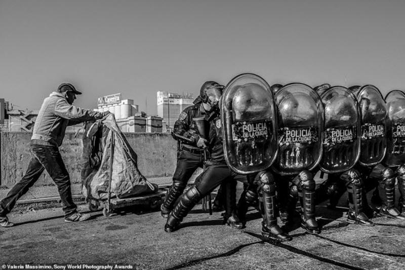 Bức ảnh được chụp trong một cuộc biểu tình ở thành phố Buenos Aires, Argentine. Ảnh: Valeria Massimino