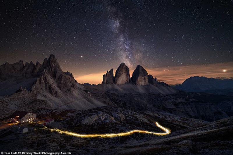 Khung cảnh lúc rạng sáng ở Tre Cime di Lavaredo, miền bắc Italia. Ảnh: Tam Erdt