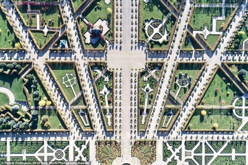 Khu vườn với thiết kế đối xứng nhau của Cung điện Rundale là một trong những công trình mang đậm phong cách Baroque và Rococo ở Latvia. Ảnh: Pavels Prokopecs