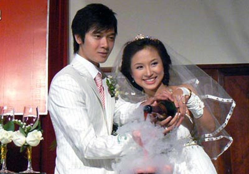 Năm 2008, khi sự nghiệp đang ở đỉnh cao thì Vân Hugo bất ngờ làm đám cưới và du học cùng chồng. Cặp đôi Vân Hugo và Tường Linh từng được xem là cặp đôi trai tài gái sắc của showbiz Việt.