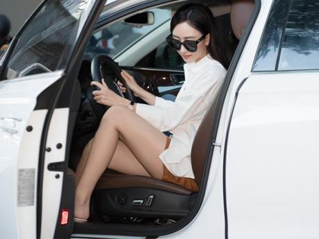 Hoa hậu Hà Thu lái xế hộp tiền tỷ xuất hiện sang chảnh đi thử trang phục