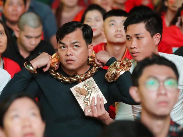 Đại gia Sài Gòn đeo 13kg vàng 13 tỉ, kè kè 4 vệ sĩ ngồi xem bóng đá