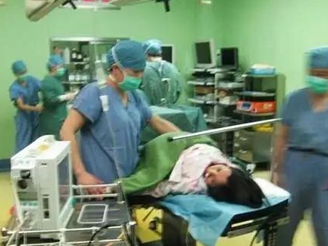 Đưa vợ bầu nhập viện, chồng ngã khuỵu khi bác sĩ ra hỏi: Cứu mẹ hay cứu con