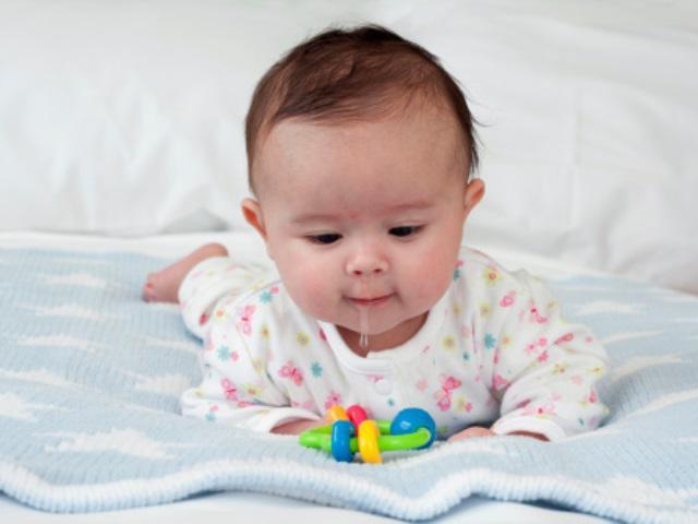 Trẻ sốt mọc răng: Biểu hiện và cách chăm sóc răng cho trẻ