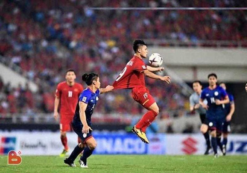 Trước lối chơi củaPhilippines, fan hâm mộ bóng đá hoang mang không biết đội bạn đang đá bóng hay thả diều.