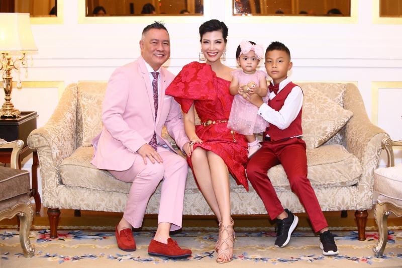 Mới đây, cựu siêu mẫu Vũ Cẩm Nhung vừa cùng gia đình thực hiện bộ ảnh mới nhân dịp sinh nhật con gái tròn 1 tuổi.