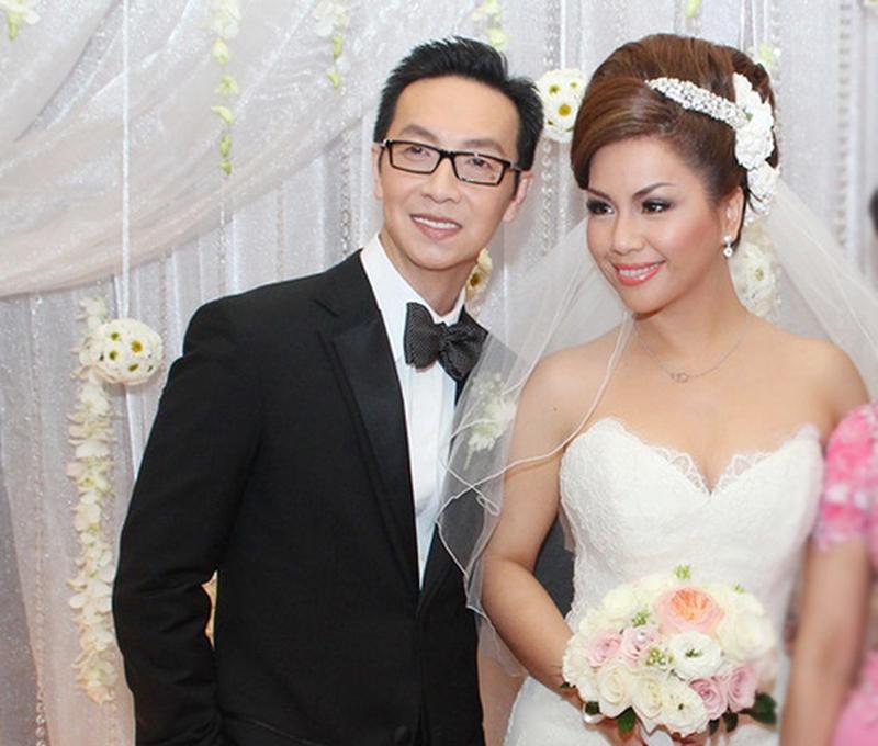 1. Minh Tuyết:  Nữ ca sĩ Minh Tuyết và ông xã Diệp Keith đã kết hôn lặng lẽ từ nhiều năm nay. Nhưng phải đến 16 năm sau cặp đôi mới tổ chức đám cưới để ra mắt mọi người.