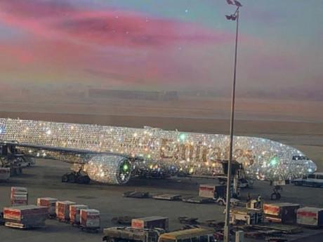 Máy bay phủ kín kim cương khiến dân mạng lóa mắt, sự thật khiến ai cũng té ngửa