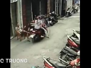 Nam thanh niên chở bạn gái đi giật điện thoại ở Sài Gòn