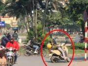 Clip Eva - Hồn nhiên thái quá: thanh niên vô tư chống xe giữa đường rồi nằm lướt điện thoại