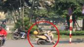 Hồn nhiên thái quá: thanh niên vô tư chống xe giữa đường rồi nằm lướt điện thoại