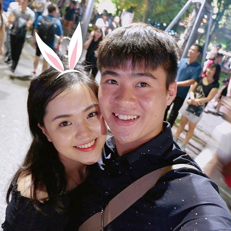 Bạn gái cầu thủ Duy Mạnh- có tên là Quỳnh Anh, năm nay 22 tuổi đến từ Hà Nội. Không chỉ có vẻ ngoài xinh xắn,Quỳnh Anh còn là một trong những sinh viên năm cuối xuất sắc khoa Luật quốc tế, Học viện Ngoại giao.