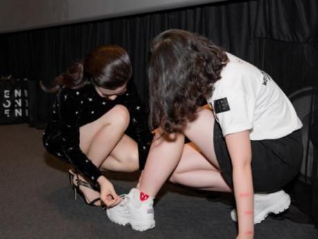 """Đông Nhi """"gây bão"""" khi ân cần cột dây giày cho fan trong buổi ký tặng album"""