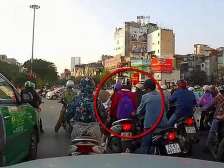 Phát hiện kẻ móc túi dừng đèn đỏ, tài xế ô tô nhanh trí khiến kẻ gian tái mặt