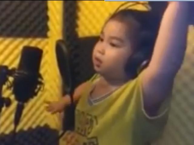 Bé 6 tuổi chũn chĩn đứng trong phòng thu hát Em yêu ông Park Hang Seo