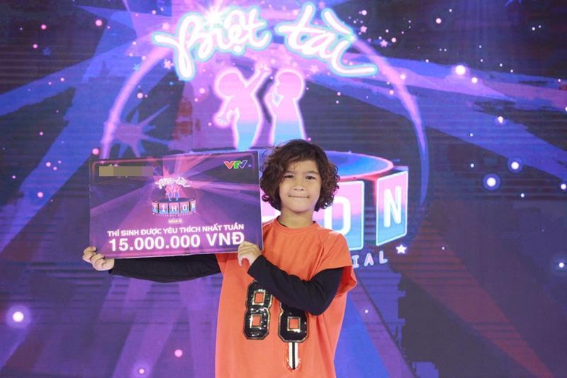 Mới đây, cậu bé 8 tuổi lai Tây vô cùng điển trai Kelvin Huỳnh Alves 'gây sốt' trong chương trình Biệt tài tí hon.