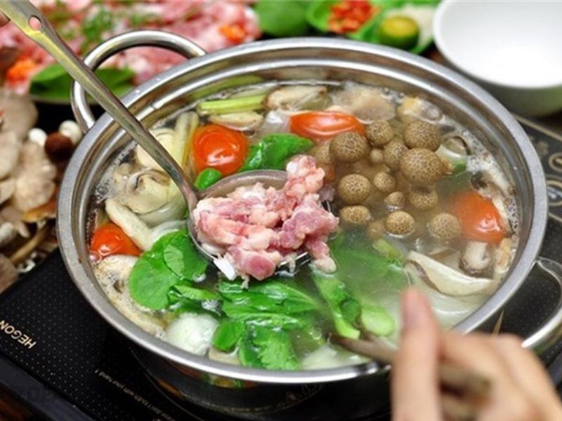 Khi ăn lẩu, mọi người thường nhúng đồ ăn vào nước dùng đang sôi đợi đến khi chín thì gắp ra ăn. Tuy nhiên không ít người cho rằng ăn lẩu phải ăn tái mới ngon, đặc biệt là khi ăn thịt bò hay nhúng rau.