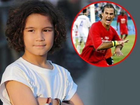 """Hoá ra cậu bé lai điển trai đang """"gây sốt"""" chính là con trai Vua phá lưới AFF Cup"""