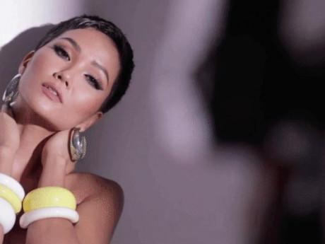 H'Hen Niê khoe vòng ba... 1 mét cực khủng với bikini trước bán kết Miss Universe