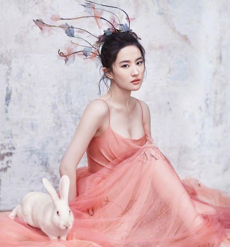 Thần Tiên tỉ tỉ Lưu Diệc Phi ít khi khoe khoang vẻ quyến rũ của mình nhưng đích thị cô là mỹ nhân sở hữu vòng 1 đẹp nhất xứ Trung.