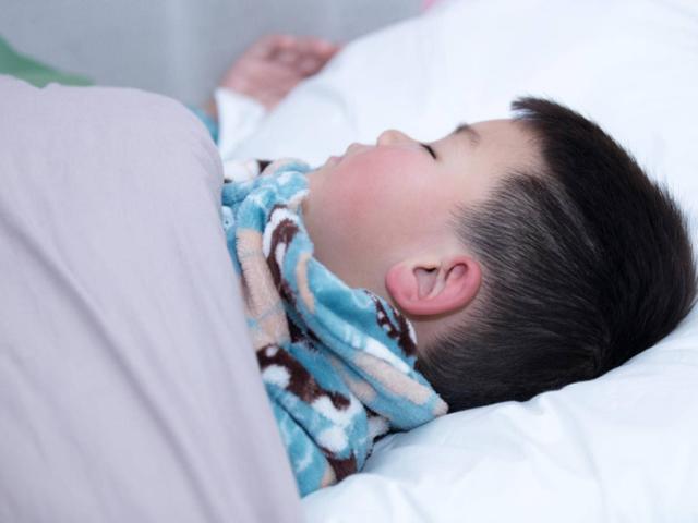 Trời lạnh, bố mẹ đừng để trẻ ngủ như thế này vào ban đêm kẻo lại mất con
