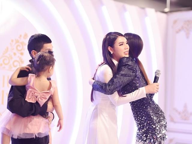 Hương Giang xúc động ôm cô gái chuyển giới có con 2 tuổi, mong ước sang năm lấy chồng