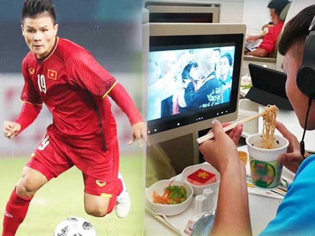 Sau chung kết lượt đi AFF, Quang Hải ăn mỳ tôm, chăm chú xem cảnh khóa môi Em Chưa 18