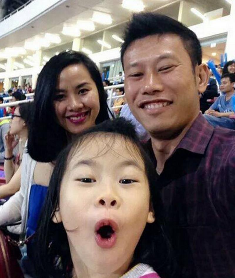 Hết mình với sự nghiệp bóng đá nhưng Thạch Bảo Khanh còn là một người của gia đình. Anh và bà xã Diệu Hằng yêu nhau gần 7 năm trước khi làm đám cưới vào năm 2007.