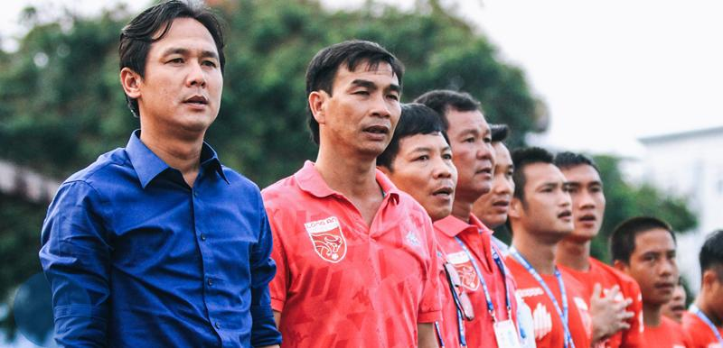 Hôm qua cựu thủ quân Minh Phương đã rơi nước mắt khi tuyển Việt Nam lên ngôi vô địch. Nguyễn Minh Phương từng thay thế cho HLV Lê Huỳnh Đức ở SHB Đà Nẵng nhưng cuối tháng 10 vừa qua nhà vô địch AFF Cup 2008 đã rời vị trí HLV trưởng CLB này chỉ sau 1 mùa giải.