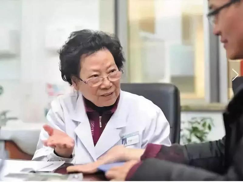 ZouYanqin - một bác sĩ nổi tiếng của Trung Quốcở tỉnh Giang Tô, là một chuyên gia về thận. Cha bà, giáo sư Zou Yunxiang cũng là một bác sĩ có tiếng, người sáng lập ra khoa Thận ở Trung Quốc đãquy định cho gia đình đó là không ăn uống đồ lạnh.