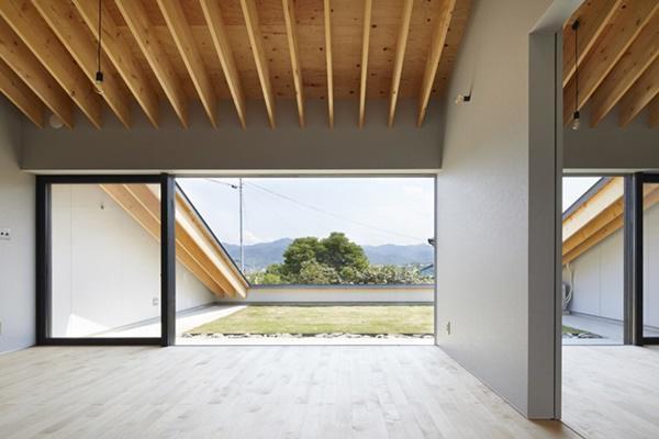 Ngôi nhà có mái sát đất, nhìn thì dị nhưng bước vào trong ai cũng ngỡ ngàng