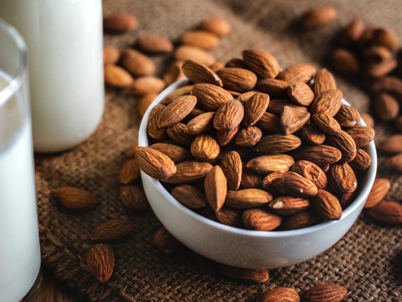 Các loại hạt như hạnh nhân giàu protein và chất xơ. Hai chất này sẽ giúp bạn thỏa mãn cơn đói mà không khiến bạn cảm thấy quá no bụng trước khi vào bữa chính. Ăn các loại hạt lúc đói bụng có thể giúp tăng cường hệ tiêu hóa và duy trì độ pH trong dạ dày.